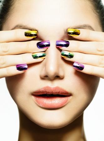 Manicure en make-up Nail art Schoonheid Vrouw Met Kleurrijke Spijkers