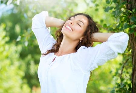 Schöne junge Frau im Freien Natur erleben Standard-Bild - 20793543