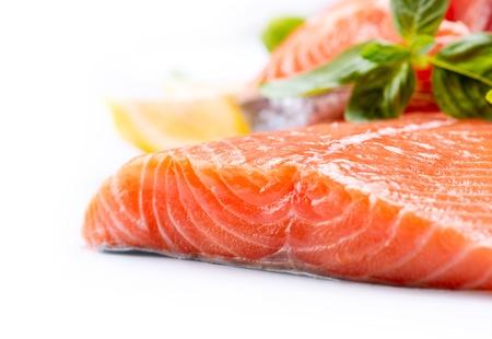 연어 원시 등심 빨간 물고기는 흰색 배경에 고립