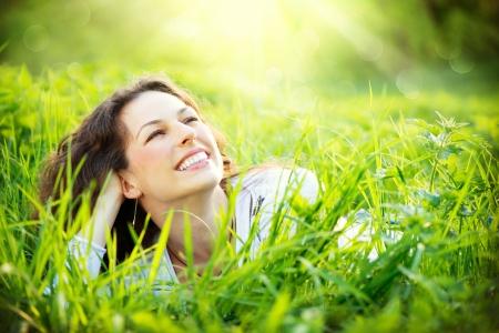 젊은 여자 야외는 자연을 즐기