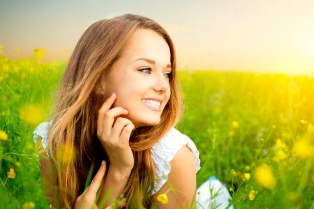 緑の草の上に横たわる草原の美少女 写真素材