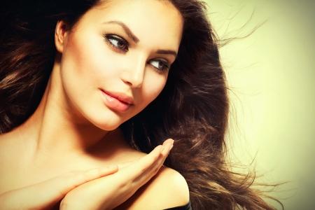 健康な髪を吹くと美しいブルネットの女性