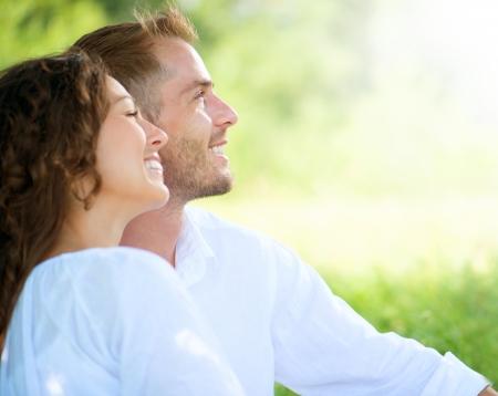 幸せな笑みを浮かべてカップル、公園でリラックス