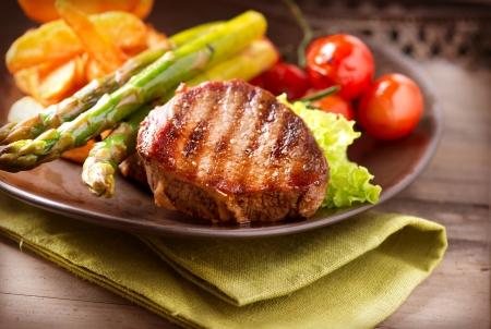 lunchen: Gegrilde biefstuk vlees met groenten Stockfoto