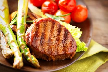 carne asada: Grilled Beef Steak Carne con verduras Foto de archivo