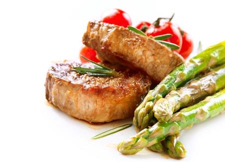 화이트에 구운 쇠고기 스테이크 고기 스톡 콘텐츠