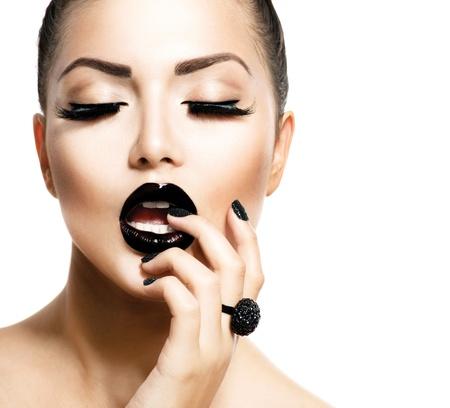 manicura: Vogue la muchacha del estilo de la manera con Trendy Caviar Negro Manicura Foto de archivo
