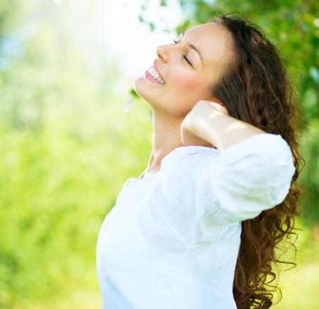 piel humana: Hermosa mujer joven al aire libre Disfrute de la naturaleza