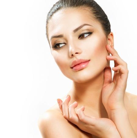 masajes faciales: Hermosa mujer joven tocando la cara Foto de archivo