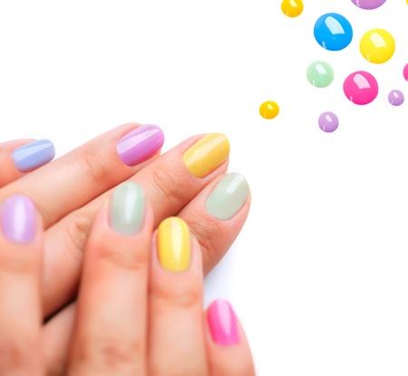 トレンディなカラフルなマニキュアの爪のポーランド語