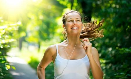 生活方式: 在公園跑步的女人戶外鍛煉