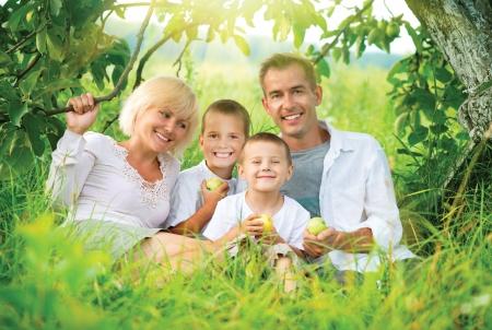 dentaire: Heureux grande famille à l'extérieur S'amuser Banque d'images