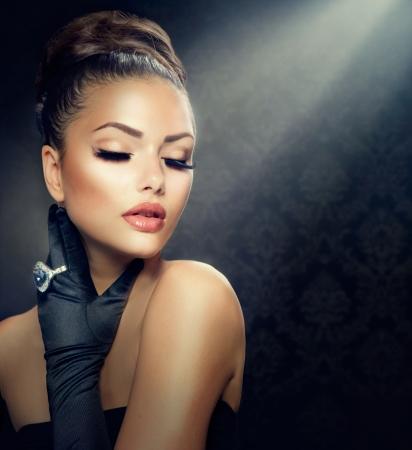 아름다움 유행 소녀의 초상화 빈티지 스타일 소녀 장갑을 착용