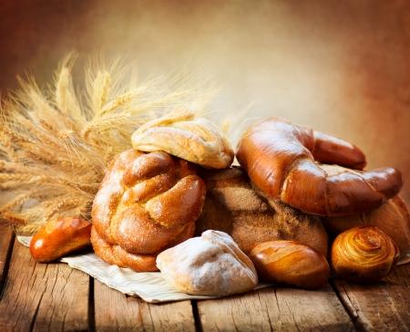 harina: Bread Bakery en una tabla de madera Varios Pan y Gavilla Foto de archivo