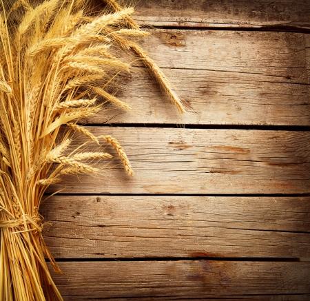 Oreilles de blé sur le concept de récolte de table en bois