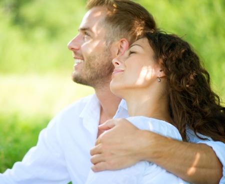 felicidad: Feliz pareja de relajación sonriente en un parque de picnic