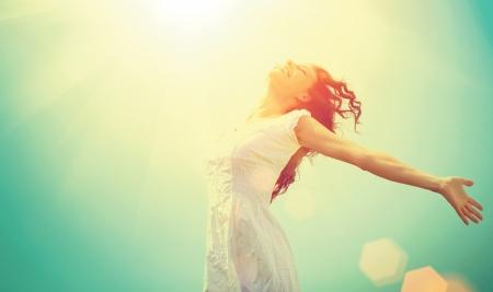 niña: Libre de la mujer feliz disfrutando de la naturaleza de la belleza de la muchacha al aire libre Foto de archivo