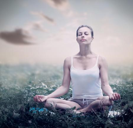 zdrowie: Medytacja Kobieta jogi na wolnym powietrzu