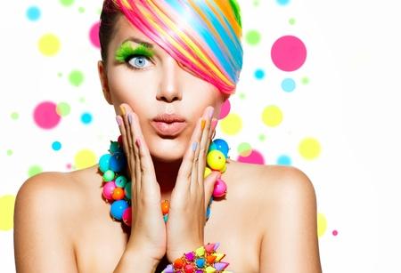 schoonheid: Schoonheid meisje portret met kleurrijke make-up, haar en accessoires