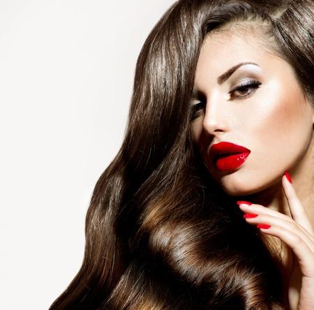 labios rojos: Belleza Sexy chica con labios rojos y u�as Maquillaje provocativa Foto de archivo