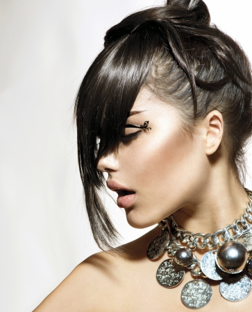mode: Fashion Glamour Schönheit Mädchen mit stilvollen Frisur und Make-up