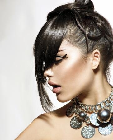 stile: Moda Glamour Ragazza di bellezza con l'acconciatura alla moda e trucco Archivio Fotografico
