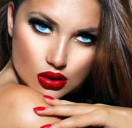 faire l amour: Sexy Beauty Girl with l�vres et les ongles rouges provocateur maquillage Banque d'images