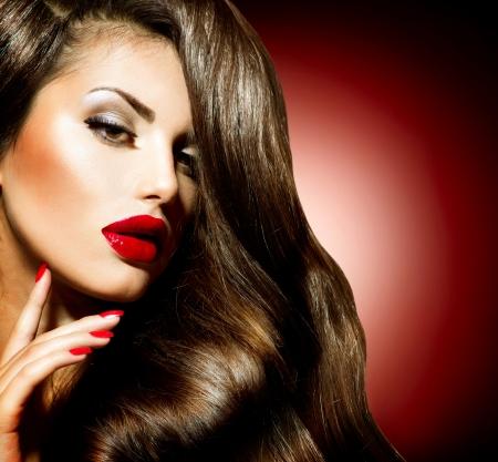 labios rojos: Belleza Sexy chica con labios rojos y uñas Maquillaje provocativa Foto de archivo
