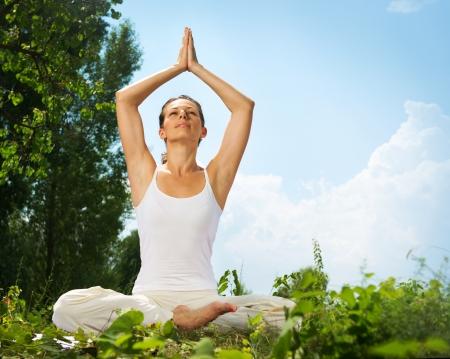 haciendo ejercicio: Yoga Joven mujer haciendo yoga ejercicio al aire libre Foto de archivo