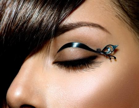 ファッションは、ブラックとライナーのスタイリッシュな女性の目のメイクを構成します。