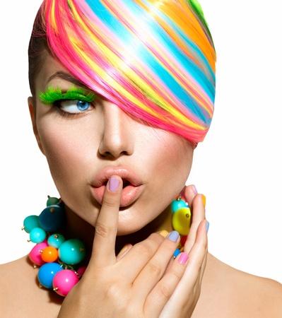 Beauty Girl Portrait avec le maquillage coloré, cheveux et accessoires