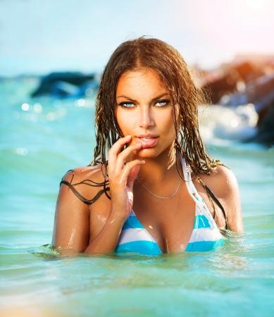 바다의 아름다움 섹시 모델 소녀 수영 및 포즈