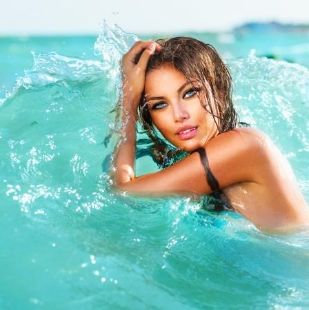 물 속에서 아름다움을 섹시 모델 소녀 수영 및 포즈