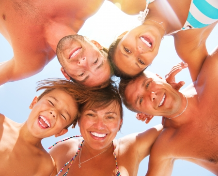 familia viaje: Feliz Riendo Gran Familia que se divierte en la playa