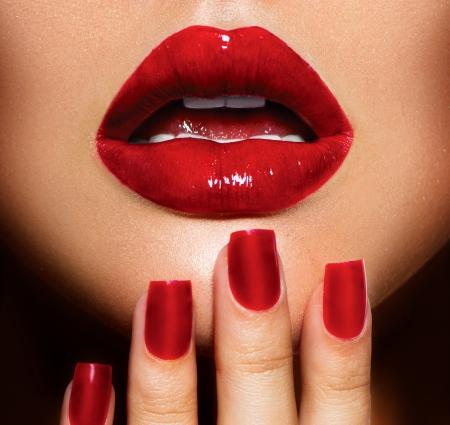 beso labios: Labios atractivos rojos y uñas de manicura y maquillaje primer plano