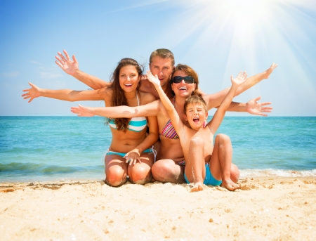 해변 휴가 개념에서 재미 행복한 가족
