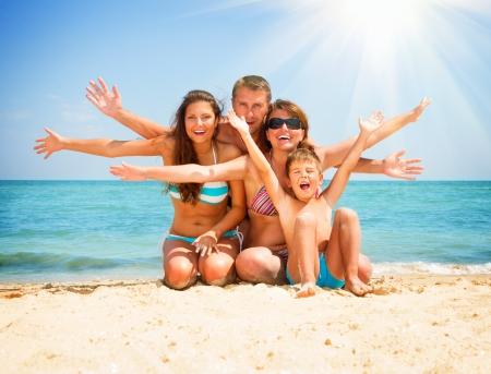 animados: Familia feliz que se divierten en el concepto de vacaciones Playa