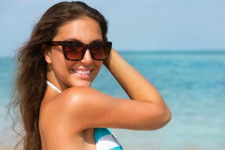 sonnenbrille: Schöne Frau mit Sonnenbrille über Meer Hintergrund