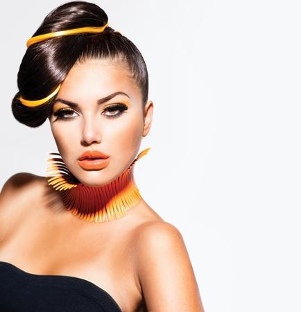 黄色とオレンジ色の化粧とファッション モデル少女の肖像画