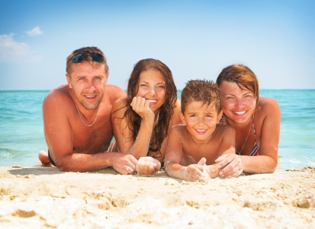 ビーチで楽しく幸せな家族の夏の休日