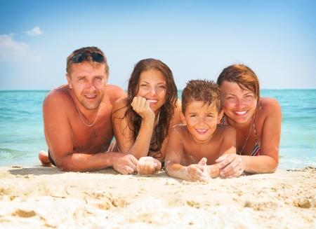 travel family: Familia feliz que se divierte en la playa Vacaciones de verano Foto de archivo