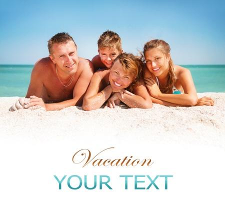 Gelukkige familie plezier op het strand Vakantie-IDEE