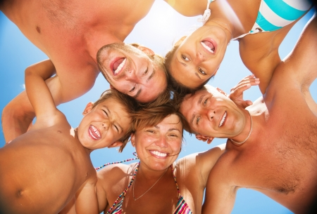 aile: Mutlu Laughing Big Family at the Beach Having Fun Stok Fotoğraf
