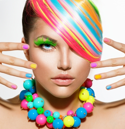 pesta�as postizas: Muchacha de la belleza del retrato con maquillaje colorido, Cabello y Accesorios