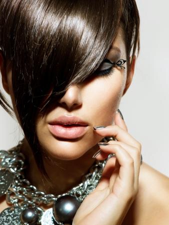 hair short: Moda Glamour Ragazza di bellezza con l'acconciatura alla moda e trucco Archivio Fotografico