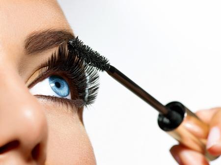 Aplicación del rimel largas pestañas close-up