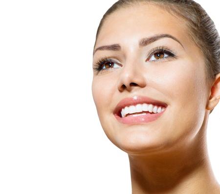 아름 다운 미소 젊은 여자의 초상화 치아 화이트닝