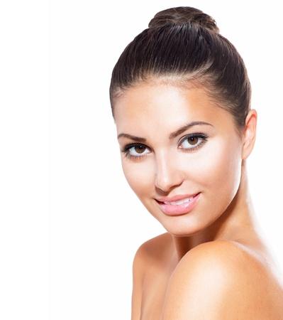 concept: Piękna młoda kobieta z czystej świeżego skóry na białym tle Zdjęcie Seryjne