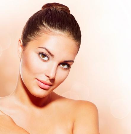 piel humana: Hermoso rostro de mujer joven con la piel limpia fresca
