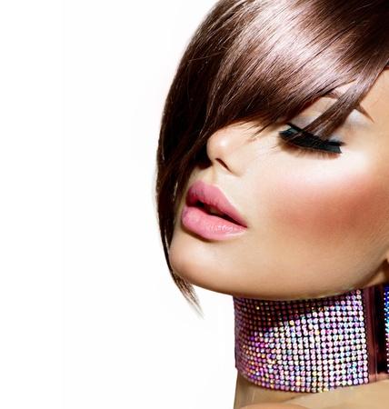 ヘアスタイルの美しさのモデルの少女の肖像画で完璧なメイク